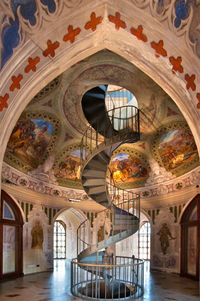 Dal primo livello,quello del portone di ingresso del castello, si snoda la mastodontica scala elicoidale in ghisa che sale fino al quinto livello