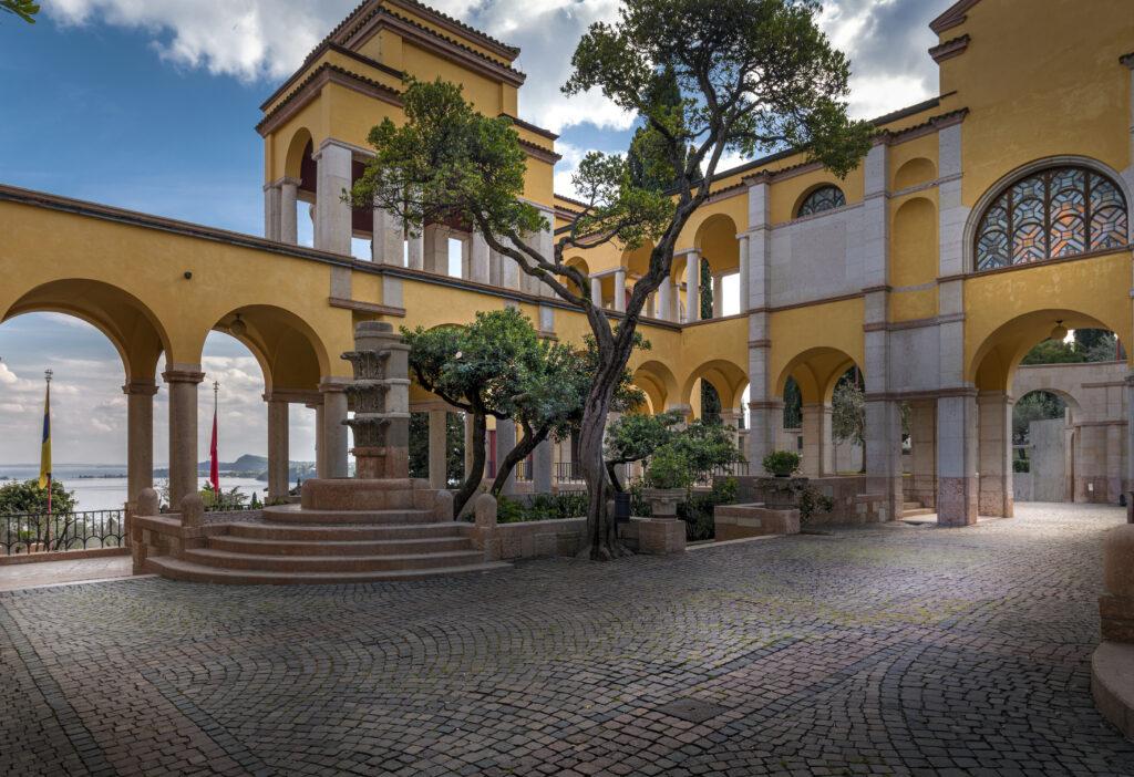 Piazzetta e tempietto della Vittoria - Edificio della Prioria (Fotografia di Luana Jennifer Scalvensi)