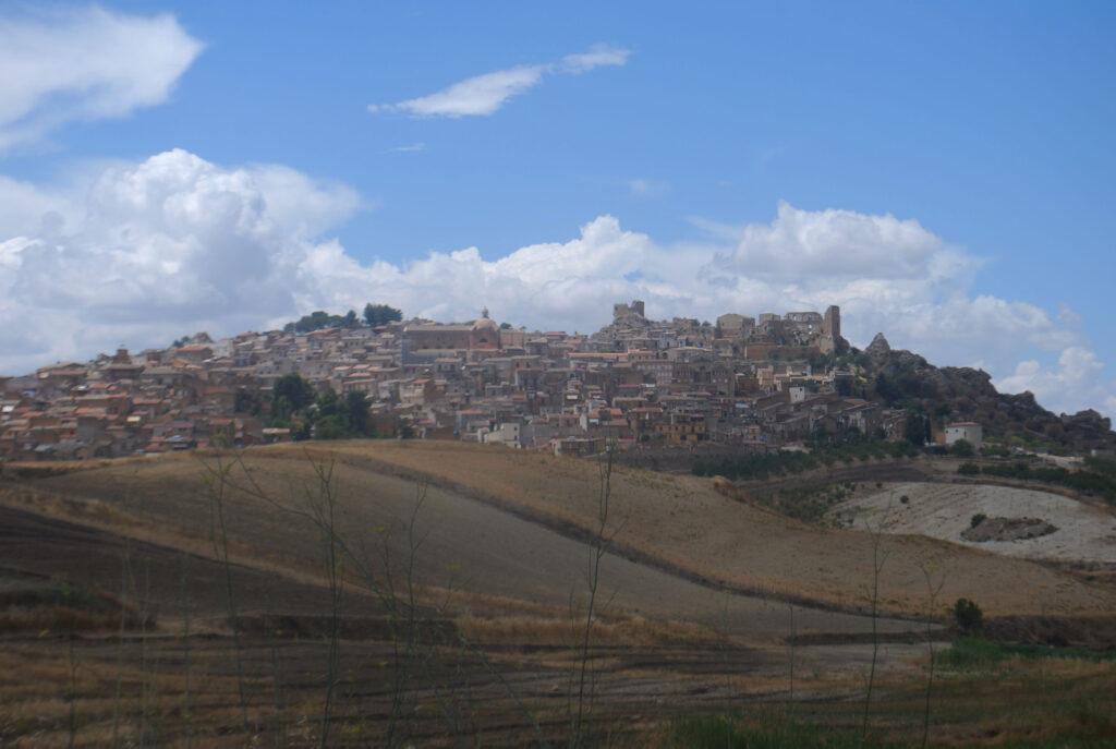 Vista del comune di Pietraperzia con vista sul castello e puntale